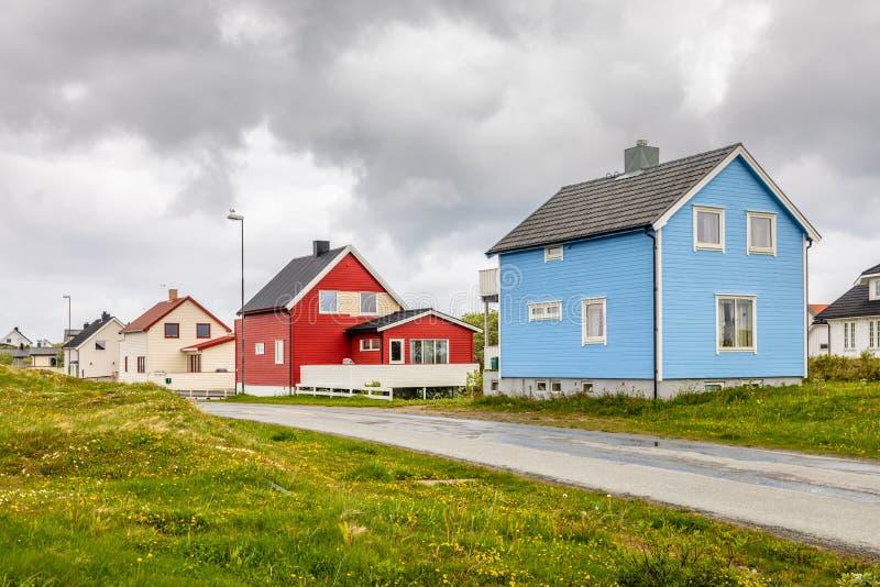 沿路的蓝色,红色和白色挪威房子在安德内斯村庄,Andoy自治市,Vesteralen区,诺尔兰县, 免版税库存图片