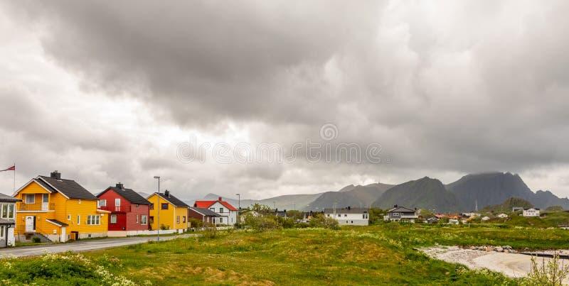 沿路的黄色,红色和白色挪威房子在安德内斯村庄,Andoy自治市,Vesteralen区,诺尔兰县 库存图片