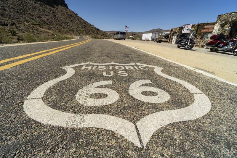 沿路线66,在路线的沥青绘的标志 免版税库存图片