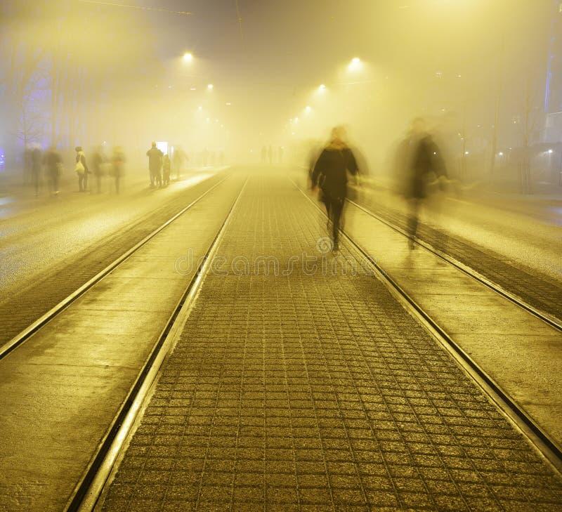 沿路面的步行在夜街道上在Helsink 免版税库存照片
