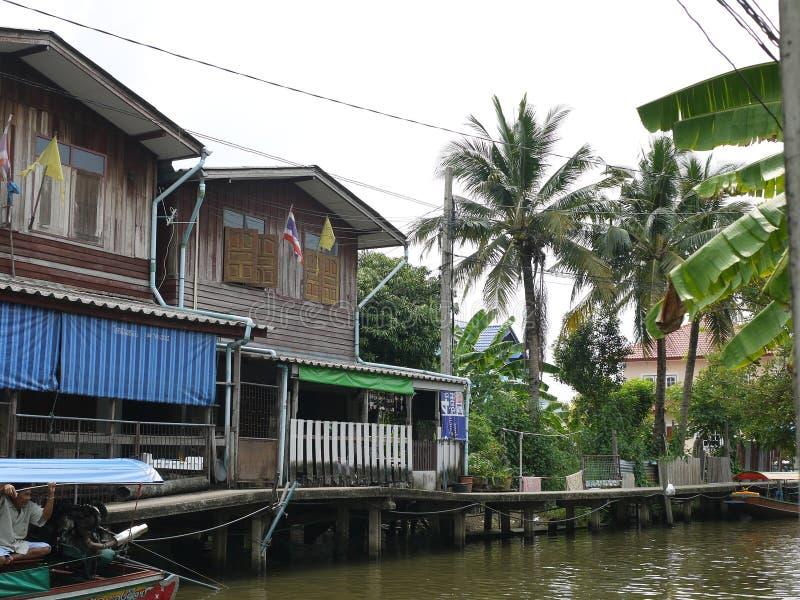 沿运河的传统浮动栖所与非常自然农村生活在泰国 库存照片