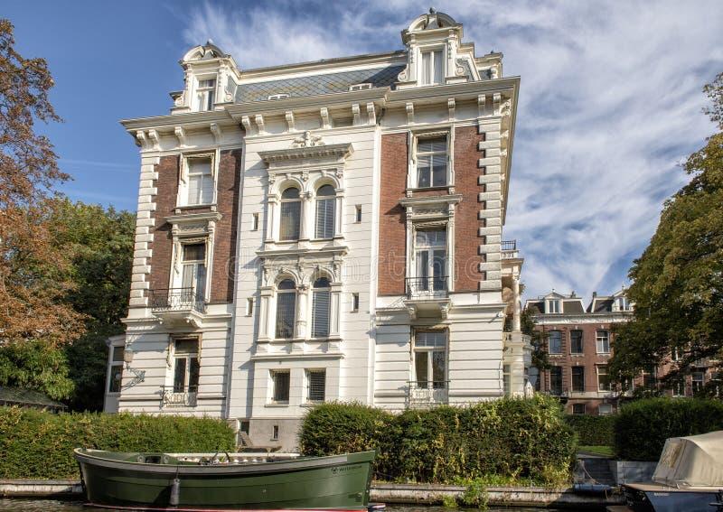 沿运河的历史的富有的商人家在阿姆斯特丹,荷兰 免版税库存图片
