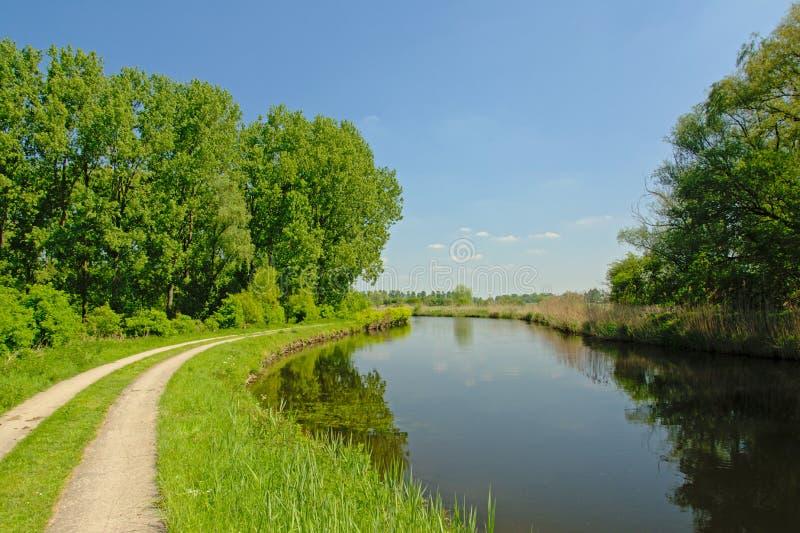 沿运河` de Moer `的边界的土路 免版税库存照片