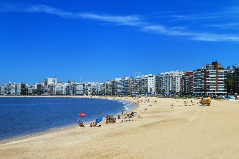 沿里约de la Plata的银行的Pocitos海滩在Montevide 免版税库存图片