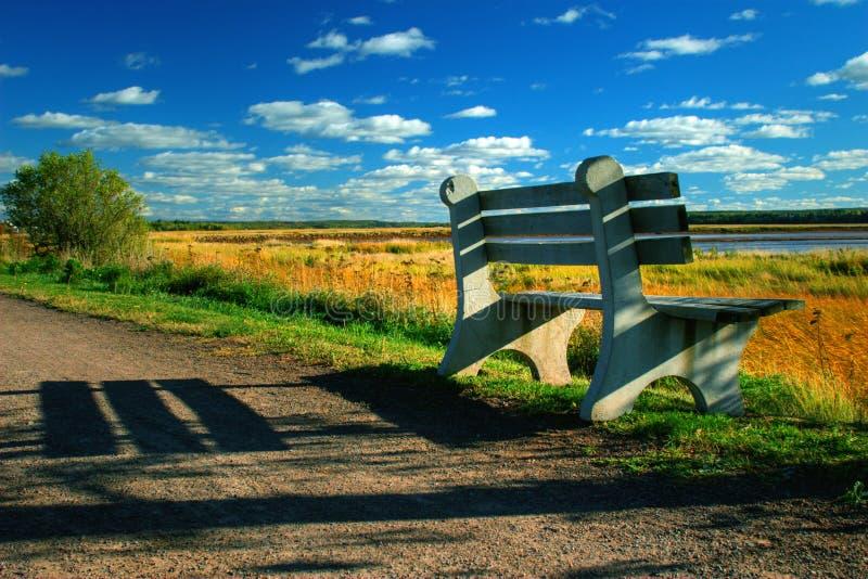 沿长凳路径河沿 库存照片