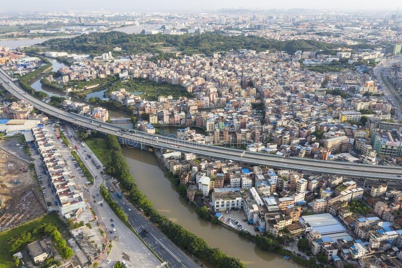 沿长江通过的高速公路村庄在城市 库存照片