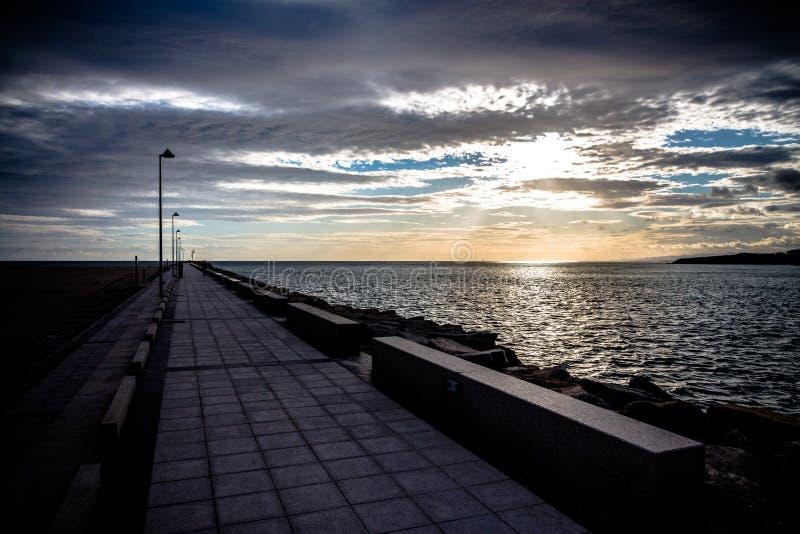 沿防堤的步行 免版税图库摄影