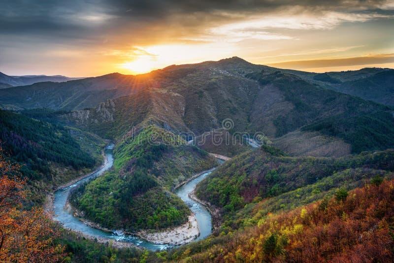 沿阿尔达河河,罗多彼州的春天早晨山,保加利亚 免版税库存图片