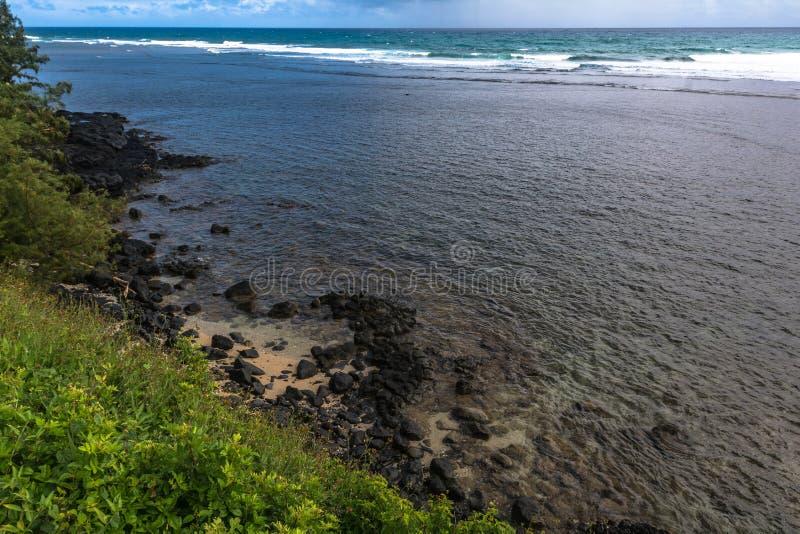 沿阿尼尼海滩公园,考艾岛,夏威夷的海岸 免版税图库摄影