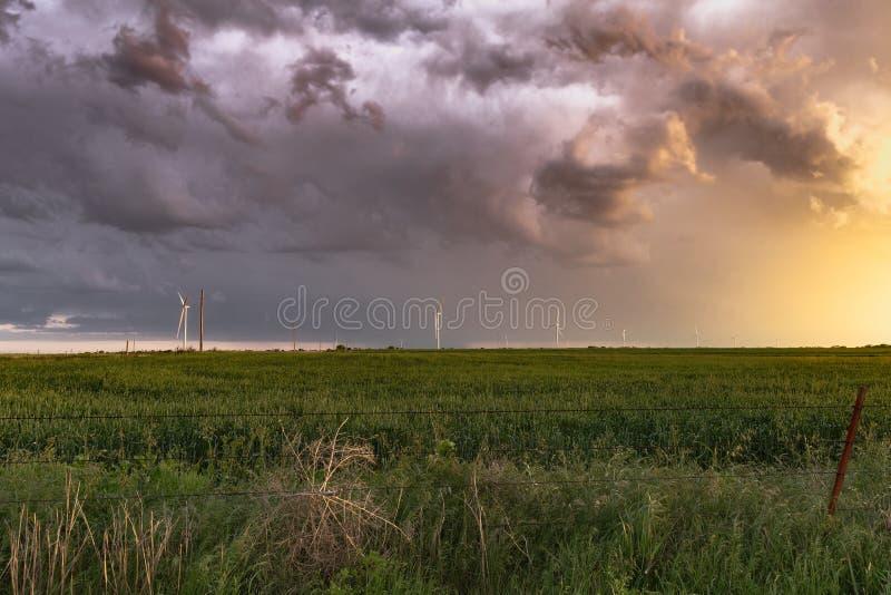 沿风轮机的得克萨斯风雨如磐的日落 图库摄影