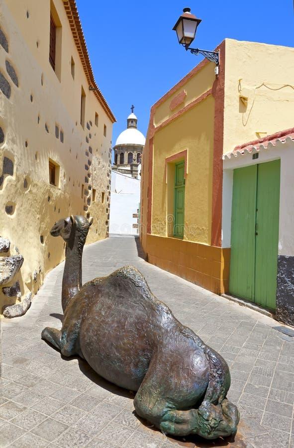 沿Aguimes街道的骆驼雕塑  免版税库存照片