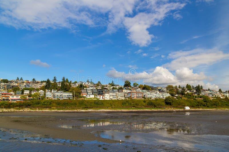 沿BC白色岩石散步加拿大的江边公寓 免版税库存照片