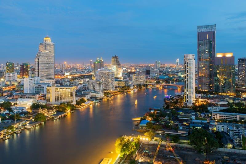 沿chaophraya河在夜,泰国的曼谷市 免版税库存照片