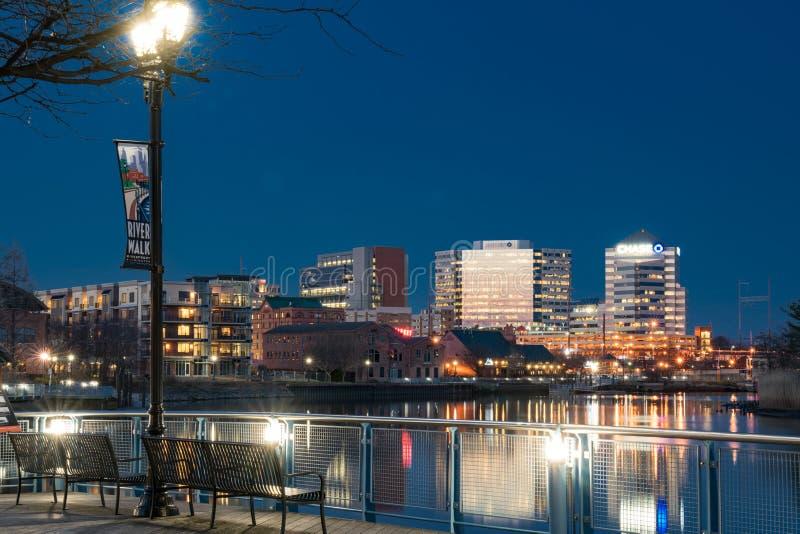 沿Christiana河的威明顿,特拉华地平线在晚上 免版税库存图片