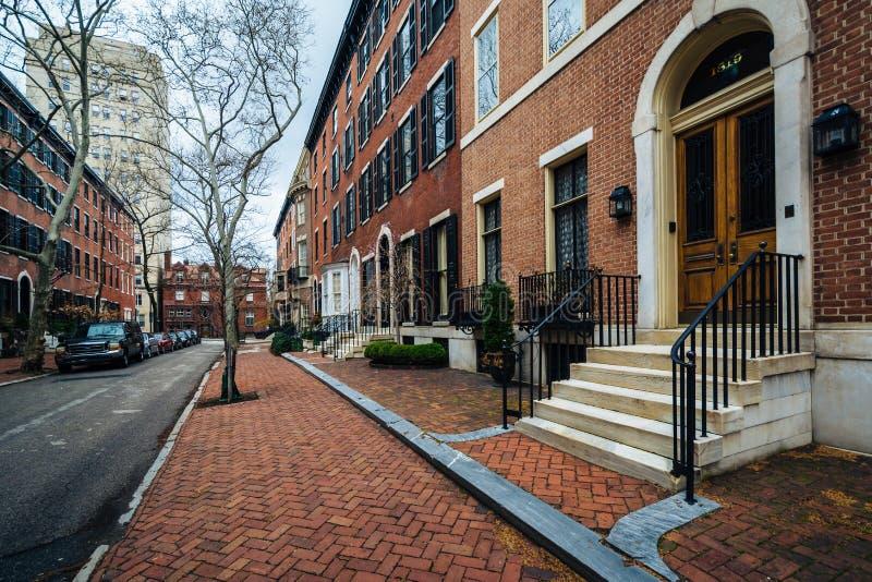 沿Delancey的行格住宅在里滕豪斯广场附近安置,在费城,宾夕法尼亚 免版税库存图片