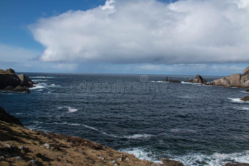 沿Donegal ` s海岸的爱尔兰峭壁,它会见大西洋 库存图片