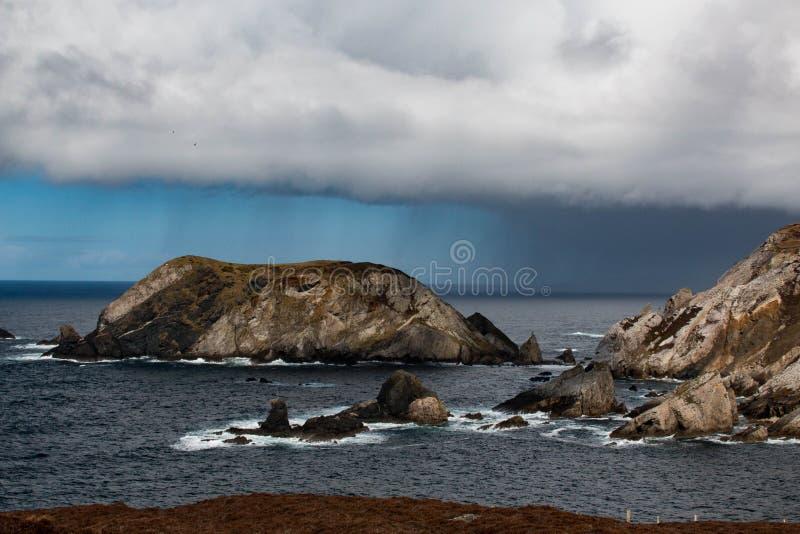 沿Donegal ` s海岸的爱尔兰峭壁,它会见大西洋 免版税图库摄影