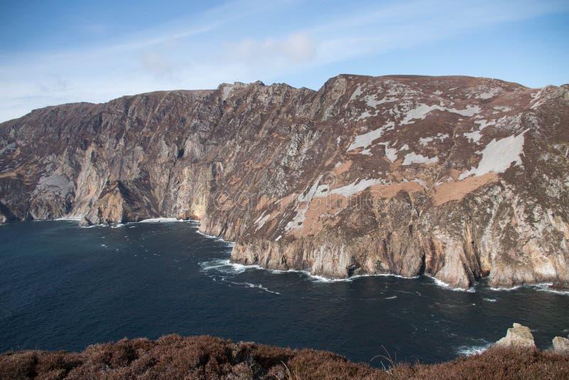 沿Donegal ` s海岸的爱尔兰峭壁,它会见大西洋 免版税库存照片