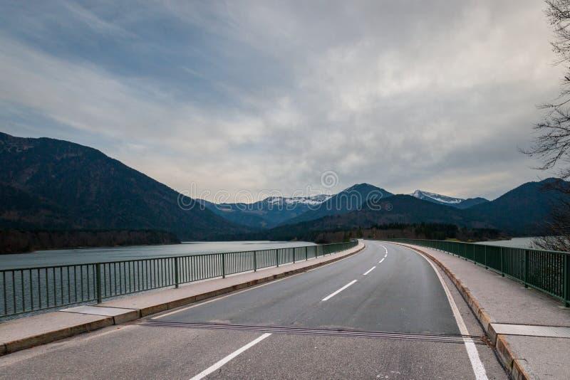 沿Faller Klamm桥梁的乡下公路横跨湖Sylvenstein 图库摄影