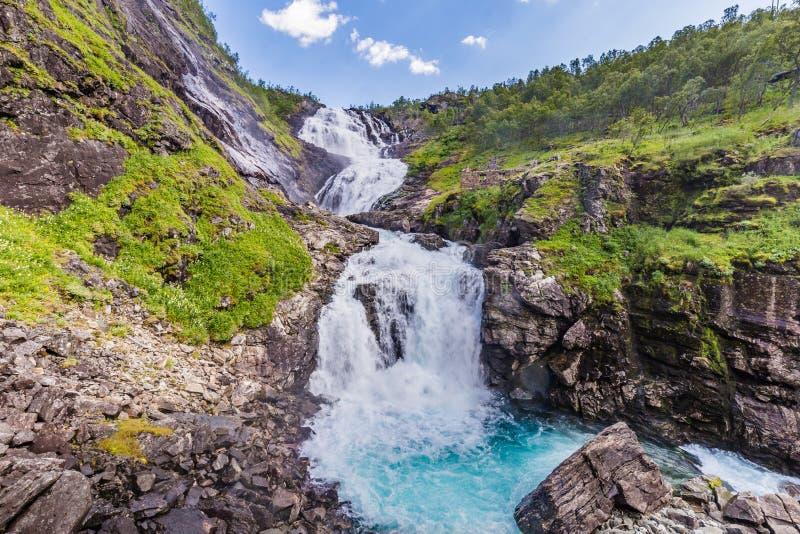 沿Flamsbana铁路的Kjosfossen瀑布 库存照片