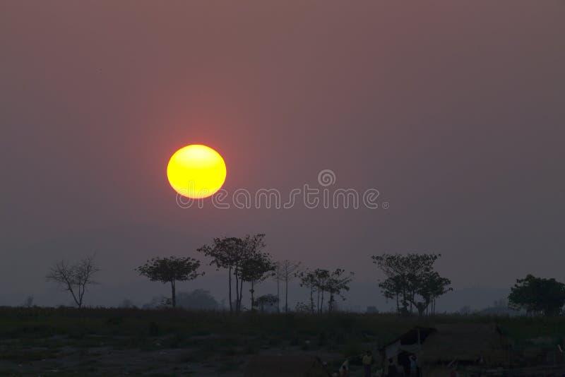 沿Irrawaddy的热带日落 库存图片