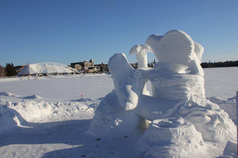 沿Kenora Harbourfront的雪雕 免版税图库摄影