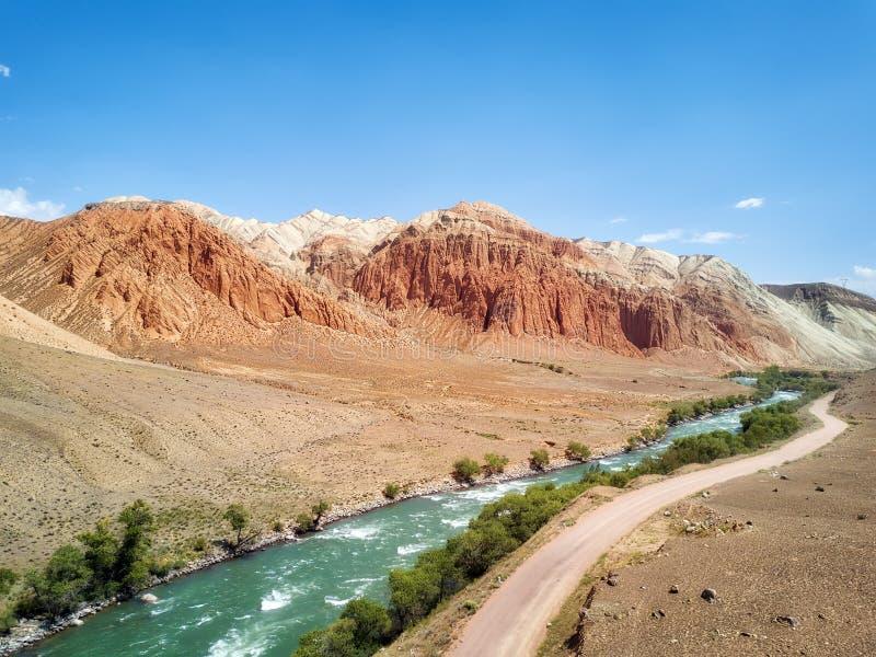 沿Kokemeren河的红色岩石在克孜勒Oi,被采取的吉尔吉斯斯坦附近 图库摄影