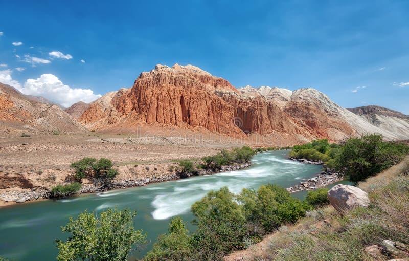 沿Kokemeren河的红色岩石在克孜勒Oi,被采取的吉尔吉斯斯坦附近 免版税图库摄影