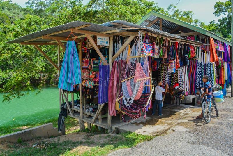 沿Macal河的路旁供营商在伯利兹, Cayo 库存照片