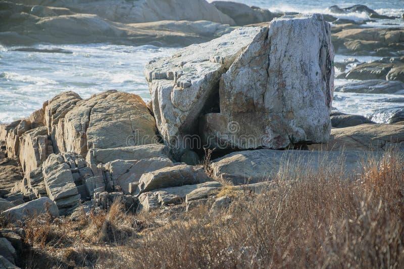 沿Narragansett海湾的岩石 图库摄影