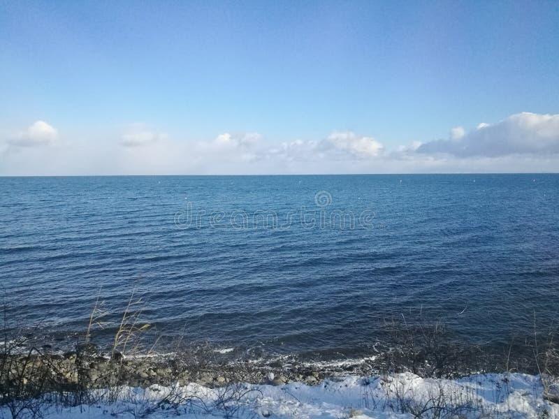 沿Otoru铁路轨道的美丽的镇静日本俄罗斯海在Hokkai 免版税库存照片