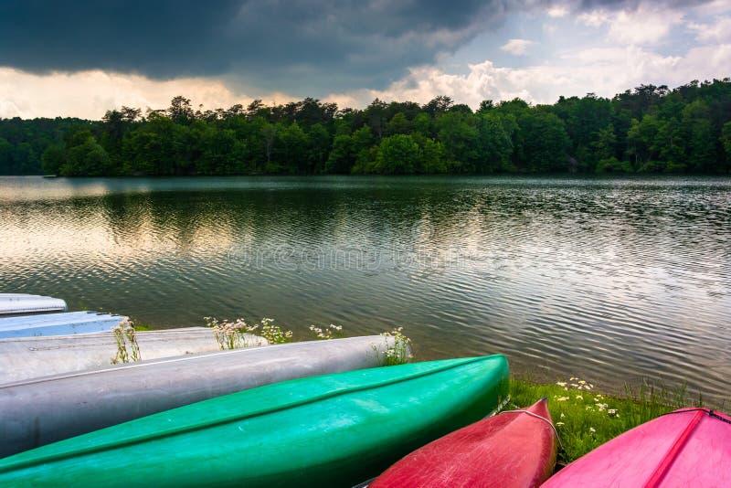 沿Prettyboy水库岸的独木舟在巴尔的摩,玛丽 库存图片