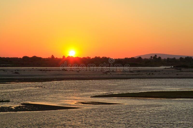沿Rufiji河,塞卢斯禁猎区,坦桑尼亚的日落 免版税库存照片