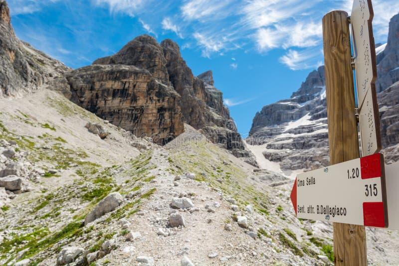 沿Sentiero delle Bocchette Alte的山标志 库存图片