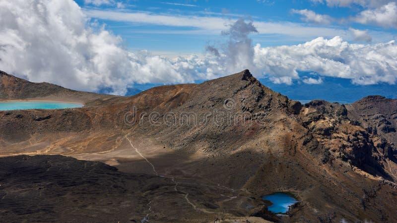 沿Tongariro高山横穿,新的热忱的足迹的看法 库存照片