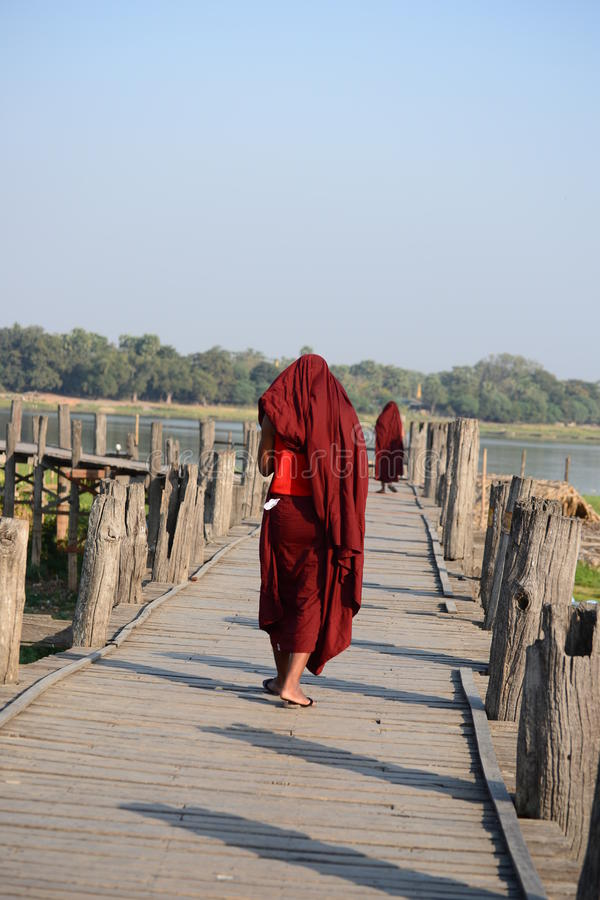 沿U Bein桥梁的修士步行 免版税图库摄影