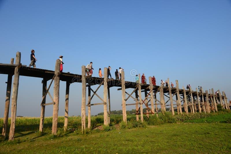 沿U Bein桥梁的访客步行 免版税图库摄影