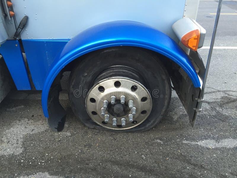 泄了气的轮胎卡车 库存照片