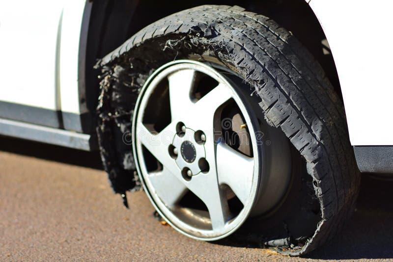 泄了气的轮胎-在沥青的外缘 库存照片