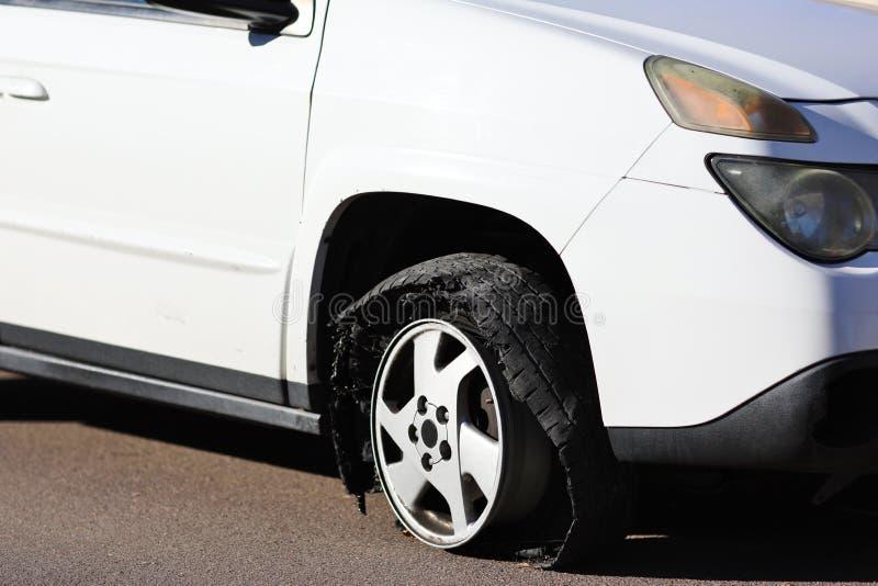泄了气的轮胎-在沥青的外缘 图库摄影