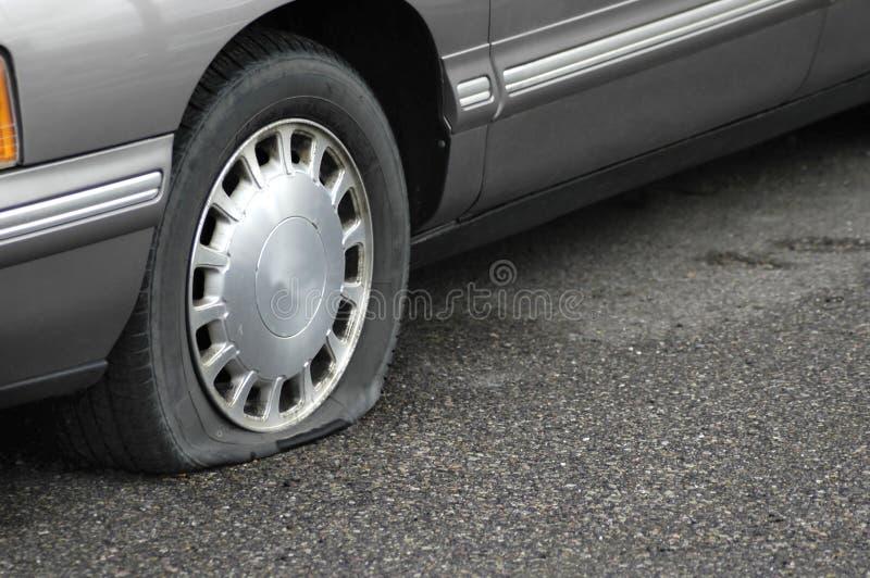 泄了气的轮胎 库存照片