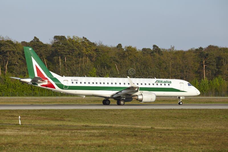 法兰克福机场-巴西航空工业公司意大利航空E190-100离开 免版税库存图片