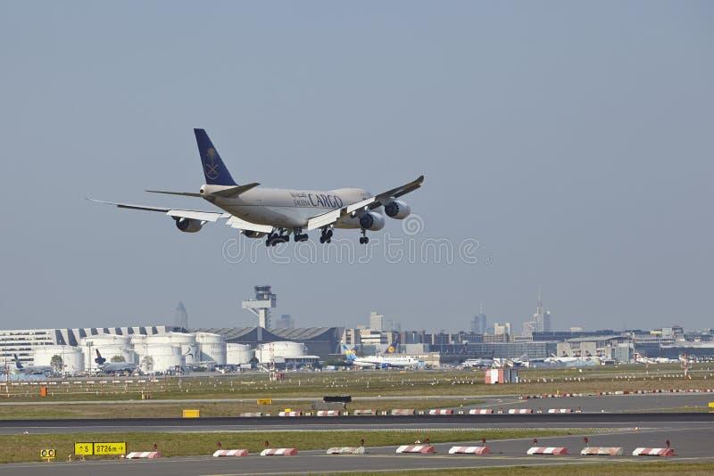 法兰克福机场- Saudia货物货物航空器在最后渐近的 图库摄影