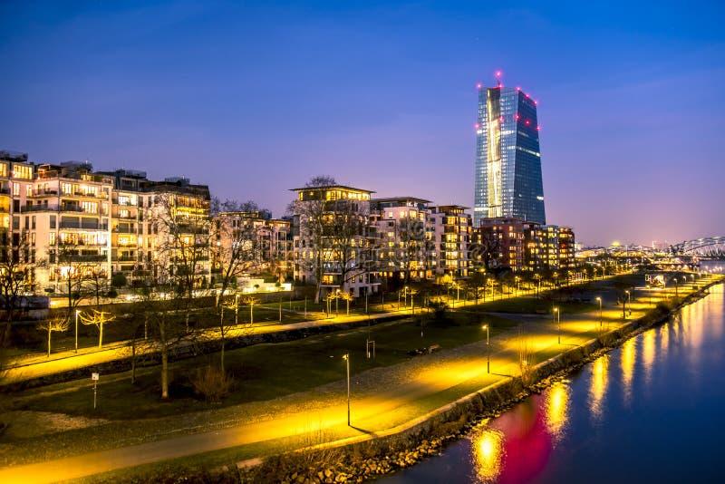 法兰克福,德国地平线,当欧洲央行塔在晚上-所有商标和品牌去除 免版税库存照片