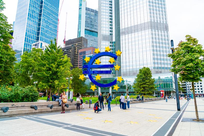 法兰克福,德国- 2018年9月2日:在欧洲中央银行的著名大欧元标志 库存照片