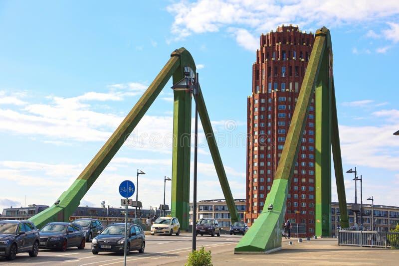 法兰克福,德国- 2019年6月13日:Flosserbrucke桥梁和林德纳旅馆&住所主要广场背景的 免版税图库摄影