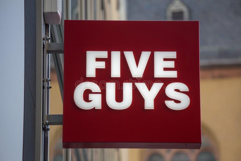 法兰克福,黑森/德国- 11 10 18 :五个人在一个大厦的快餐标志在法兰克福德国 免版税图库摄影