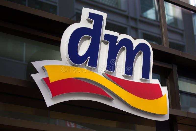 法兰克福,黑森/德国- 11 10 18 :在一个大厦的dm德国药店标志在法兰克福德国 免版税库存图片