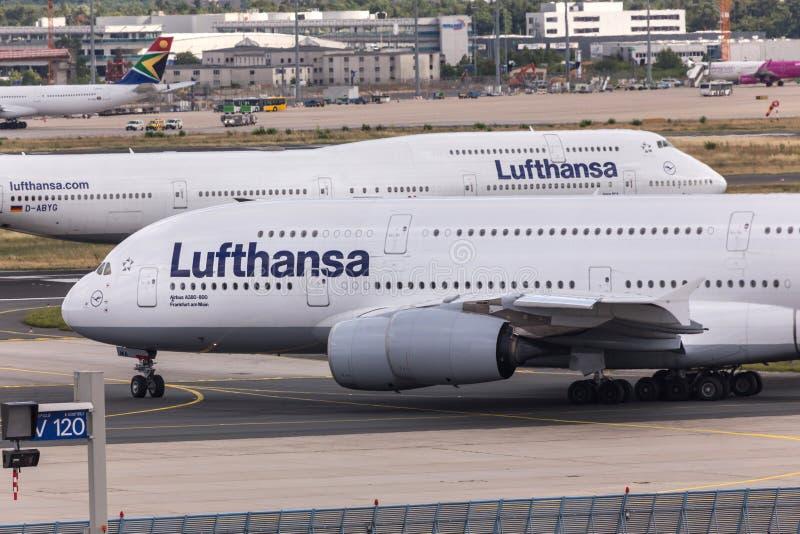 法兰克福,黑森/德国- 25 06 18 :汉莎航空公司飞机在法兰克福国际机场德国 图库摄影