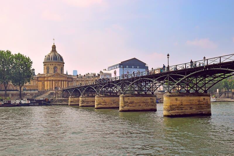 法兰西学会和艺术桥,塞纳河在巴黎 图库摄影